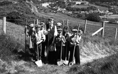 Aberystwyth Young Archaeologists recreate 1930s dig photo