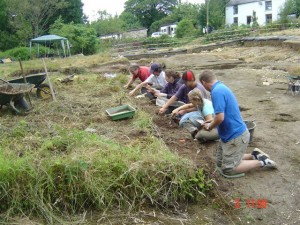 4 students digging